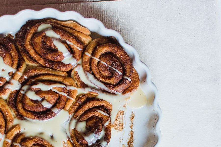 Crockpot Monkey Bread Recipes for Breakfast Cinnamon Rolls in a Serving Dish